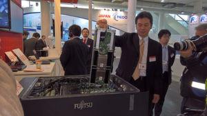 """Erstmals auf der CeBIT 2017 präsentierte Fujitsu sein Liquid Immersion Cooling. Eingetaucht werden die ganz normalen Hochleistungsrechner des Herstellers: """"Primergy CX400 M2"""" sowie das Storage-Device """"Primergy JX40S2""""."""