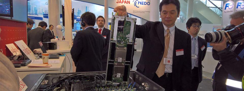 Fujitsu zeigte sein Liquid Immersion Cooling System erstmals auf der CeBIT 2017. In das Bad passen hrizontal 16 Höheneinheiten und verbraucht nach Herstellerangaben 40 Prozent weniger Strom als herkömmliche Racks.