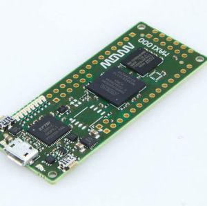 Maker Board MAX1000 von Arrow: Die Basis ist ein kompakter Intel MAX10 FPGA mit 8000 Logikelementen.