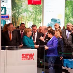 Kanzlerin Merkel interessiert an Smart Factorys und intelligenten Greifer