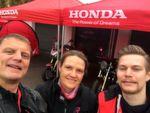 Erik Mertens (re.) begrüßt Martina Eicher und Stephan Maderner von »bike und business« zum Honda-Pressetag in Weibersbrunn.