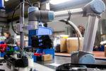 Der leichte und flexible UR5 von Universal Robots arbeitet beim spanischen Motorradzubehör-Hersteller SHAD im Werk in Kalifornien ohne Schutzzaun neben den Mitarbeitern und nimmt nicht mehr Platz ein, als für die manuelle Montage benötigt wurde.