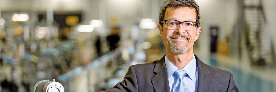 """""""Die Leichtbaurobotik und die Mensch-Roboter-Kollaboration werden stark wachsen. Sie bestimmen den Trend und neue Marktteilnehmer bringen mehr Schwung in den Markt"""", erklärt Helmut Schmid, Geschäftsführer von Universal Robots."""