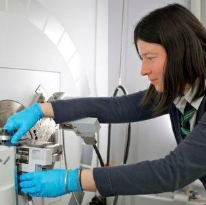 Forscherin Claire Villevieille: Die Gruppenleiterin Batteriematerialien des PSI am Gerät für Röntgendiffraktion.