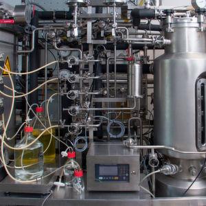 Im Bioreaktor der TU Wien lassen sich die gewünschten Produkte, in diesem Fall der Süßstoff Xylitol, in nur einem Schritt herstellen.