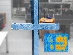 Das im realen Bild sichtbare Kreuz aus Alufolie lässt sich aus dem WLAN-Hologramm wieder rekonstruieren (eingeblendetes Bild rechts unten)