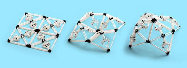 Dieses Objekt wird flach gedruckt (links) und kann später in zwei weitere stabile und tragfähige Formen gebracht werden (Mitte und rechts).