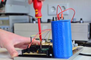 """Der """"Schüttelapparillo"""" im kompletten Stromkreislauf: Beim Joggen oder bei anderen Bewegungen bräuchte man nur den blauen Zylinder mit sich tragen und das Handy anschließen, um Strom zum direkten Verbrauch zu gewinnen."""