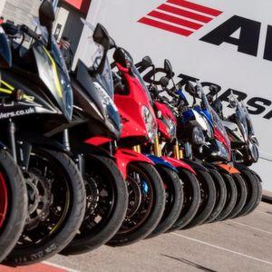 Neue Motorradreifen im Test: Schwarzer Klebstoff