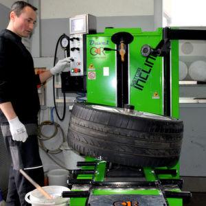 Reifenmontiermaschinen: Ganz schön schräg