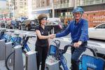 Um die Fahrt dennoch sicher zu gestalten, hat Shiffer den Eco Helmet entwickelt. Durch eine biologisch abbaubare Beschichtung ist er bis zu drei Stunden resistent gegen Regen. Und das leichte, robuste Design ermöglicht es Radfahrern, sicher und bequem zu fahren.