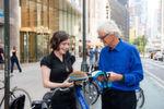 """James Dyson, selbst Erfinder und Ingenieur, sagt über den Eco Helmet: """"Der Helm löst ein offensichtliches Problem auf unglaublich elegante Art und Weise. Doch seine Einfachheit verbirgt viel Forschung und Entwicklung. Ich freue mich darauf, dass die Eco Helmets von Fahrradverleihstationen weltweit genutzt werden.'"""