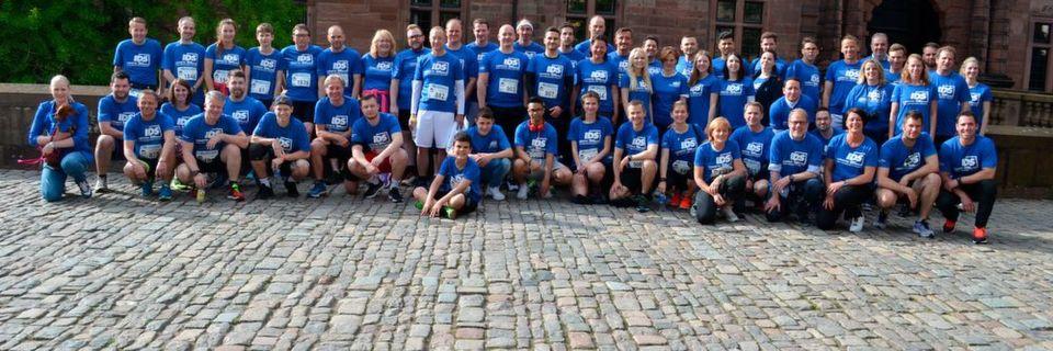 Gruppenbild vor dem Aschaffenburger Schloss Johannisburg: Das Miteinander stand im Mittelpunkt der 2. IDS Team Challenge.