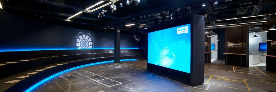 """Die """"Arena der Digitalisierung"""" zeigt, wie die Digitalisierung in der Metallbearbeitung und Motorenproduktion eingesetzt werden kann."""