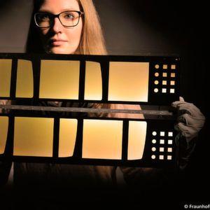 Formsache: Im Fraunhofer-Verbundprojekt Ce-Gla-Flex entstehen extrem dünne, leicht verformbare, Schutzcover für OLEDS im Rolle-zu-Rolle-Verfahren.