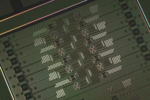 16-Bit-Quantenprozessor von IBM Research. Mit der Entwicklung des Prototypen eines 17-Qubit-Prozessors hat IBM den bislang leistungsstärksten Prozessor für Quantencomputer vorgestellt. Aktuell haben Anwender mehr als 300.000 Quantenexpoerimente auf den IBM-Rechnern durchgeführt.