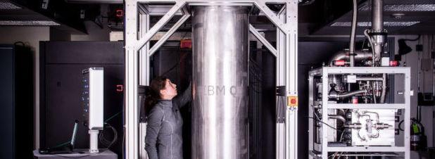"""IBM-Forscherin Katie Pooley prüft die Kühlung des Quantencomputers, indem der Prototype des bislang stärksten Quantenprozessors von IBM Research getestet wird. Dank zahlreicher Verbesserungen beim Material und der Architektur verspricht der neu entwickeltse 17-Qubit-Prozessor, mindestens doppelt so schnell wie die heute über die IBM Cloud zugreifbaren Prozessoren des via Cloud zugänglichen """"IBM Q"""" zu sein."""