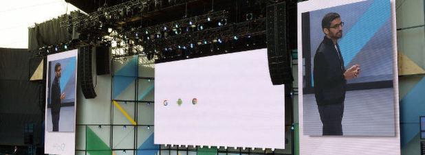 """Google-Chef Sundar Pichai spricht auf der Entwicklerkonferenz Google I/O am 17.5.2017 in Mountain View. Der Google-Konzern kündigte gestern seine Vision eiens selbstlernenden, allgegenwärtigen Computersystems dar, das Menschen bestimmte, großteils lästige Aufgaben des Alltags abnimmt. Es sei, so Pichai, der Übergang von einer """"Mobile-First""""-Welt, in der sich alles um das Smartphone drehte, zu einer, in der künstliche Intelligenz den Ton angibt."""