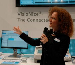 Dr. Tanja Musiol, Global Project Leader Portfolio Management Marketing, Eppendorf AG, präsentiert anlässlich der diesjährigen Labvolution in Hannover das neue Visionize System.