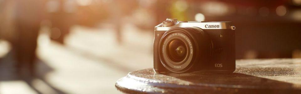 Die meisten Kamerahersteller setzen zunehmend auf hochpreisige Systeme. Denn im Einstiegsbereich laufen Smartphones den Kameras den Rang ab. Im Bild ist Canons EOS M6 zu sehen.