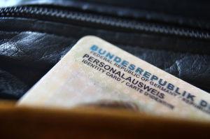 Seit November 2010 existiert bereits die Möglichkeit des elektronischen Identitätsnachweises (eID) über den Personalausweis - doch die wenisten Deutschen lassen die Funktion aktivieren. Ein neues Gesetz soll die Möglichkeiten der eID ausweiten, ruft aber auch datenschutzrechtliche Bedenken auf den Plan.