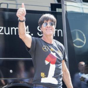 Bundestrainer Jogi Löw trug in den vergangenen Jahren immer den Mercedes-Stern auf seiner Dienstkleidung. Ob das so bleibt, ist unklar.