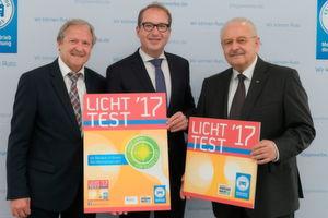 Vorstellung der Plakette zum Licht-Test 2017: (v. re.) ZDK-Präsident Jürgen Karpinski, Verkehrsminister Alexander Dobrindt und ZDK-Vorstand Hans Medele.