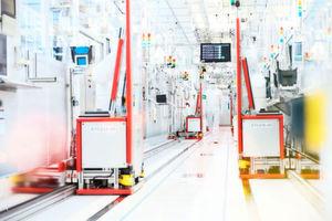 """Hochautomatisierte Industrie4.0-Fertigung von Infineon Dresden. Unter dem Namen """"Productive4.0"""" startete am Freitag das bislang größte europäische Forschungsinitiative auf dem Gebiet Industrie 4.0. Unter Koordination der Infineon Technologies AG arbeiten mehr als 100 Partner aus 19 europäischen Ländern an der Digitalisierung und Vernetzung der Industrie."""