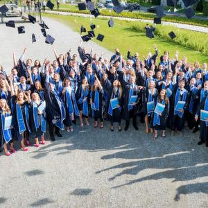 Frischgebackene Akademiker der Provadis Hochschule feiern Studienabschluss