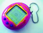 """Die Tamagotchis waren auf eine gewisse Weise Vorboten der heutigen Zeit, in der alle fast ständig ein Smartphone in der Hand haben. Die kleinen elektronischen Tierchen, die vor 20 Jahren auch in Deutschland auf den Markt kamen, mussten in regelmäßigen Abständen von den Nutzern versorgt werden, damit sie nicht virtuell eingingen. Die Idee war in der Ära von Einfach-Handys, mobiler Nintendo-Konsolen und CD-Player ein Hit. Weltweit wurden rund 80 Millionen der Schlüsselanhänger-großen Geräte mit aus heutiger Sicht kaum nutzbarem Bildschirm und meist drei Knöpfen verkauft. Die Tamagotchis kamen aus Japan. """"Tamago"""" ist Japanisch für """"Ei"""". Die Idee zu dem Spielzeug hatte die damals 30-jährige Bandai-Angestellte Aki Maita: Viele Kinder in Japan wünschen sich ein Haustier, doch in der Enge und Hektik des japanischen Alltags ist das in der Wirklichkeit kaum vorstellbar. Für Tamagotchi-Nostalgiker gibt es die kleinen Aliens vom Original-Anbieter Bandai Namco heute standesgemäß als App. // FG"""