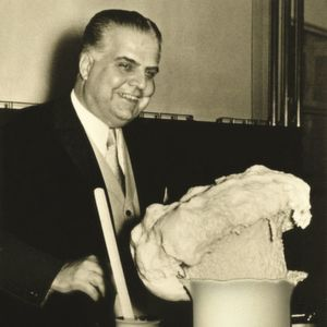 During a presentation, Otto Bayer demonstrates an experiment with polyurethane foam (1952).