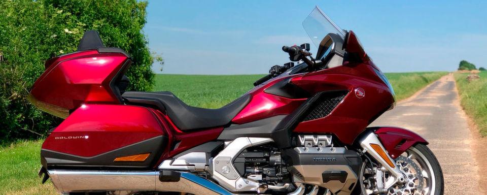 Mit gigantischen 1,70 m Radstand zwischen Vorder- und Hinterrad sowie bis zu 383 kg fahrfertigem Gewicht ist die Honda Gold Wing ein Koloss, der aber erstaunlich wendig sein kann.