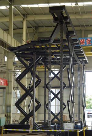 Bei den Olympischen Spielen heben 62 Liftsysteme des Typs SerapidLinklift100 die 1080m² große Bühnenfläche im Pekinger Stadion. Bild: Serapid
