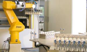 Gambro, ein in der Medizintechnik weltweit operierendes Unternehmen, nutzt Roboter für das Befüllen von und das Entnehmen aus seinen Lagern.Bild: Kardex