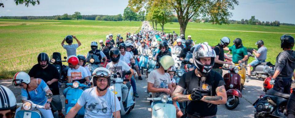 Spaß für Jung und Alt – Hunderte Vespas und Lambrettas in und um Landsberg.