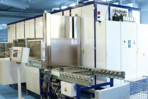 Bild 1: Reinigungsanlage für die Feinstreinigung von Bauteilen für Laserquellen. Aufgrund der Bauteilwerkstoffe und Verschmutzung findet eine wässrige Reinigung statt.