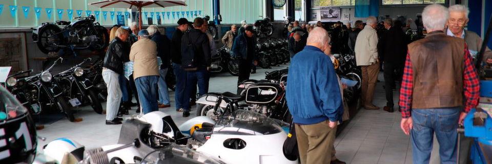 Das schlechte Wetter hielt viele Motorradenthusiasten nicht davon ab die Ausstellung zu besuchen.