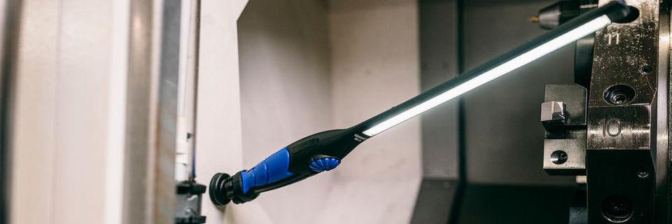 Mit den Maßen B477 x T50 x H40, einem Gewicht von weniger als 300 Gramm und ohne störendes Kabel ist die Lampe mobil und einfach einsatzbereit, ohne viel Platz zu verbrauchen.