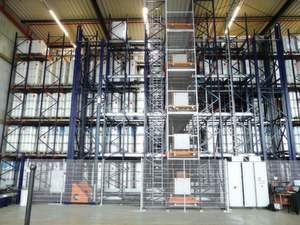 Das automatische Kompaktlager leistet mit seinem Vertikalförderer und je einem Truck-Shuttle-System pro Regalebene bis zu 25 Doppelspiele pro Stunde.Bilder: SMB Logistics