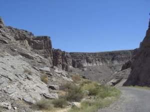 Kasachstan liegt in Zentralasien und besteht überwiegend aus Steppen, Wüsten und bis zu 7000 Meter hohen Bergen. Der weltgrößte Binnenstaat gilt als einer der rohstoffreichsten Länder der Erde. Unbefestigte Straßen erschweren die Erschließung