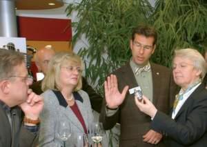 Bundesministerin Dr. Annette Schavan begutachtet mit großem Interesse einen der ersten Absolutdrehgeber WDGA für CANopen aus dem Hause Wachendorff Automation. Von links nach rechts: Klaus-Peter Willsch (CDU, Bundestagsabgeordneter), Petra Müller-Klepper (CDU, Direktkandidatin für den hessischen Landtag), Geschäftsführer Robert Wachendorff, Bundesminsterin Dr. Annette Schavan.
