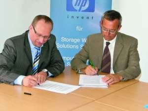 Wolfgang Klein (links) unterzeichnet gemeinsam mit dem Schulleiter des Gymnasiums Rosenfeld Peter Hilt die Kooperationsvereinbarung für das Projekt »Wirtschaft macht Schule«.