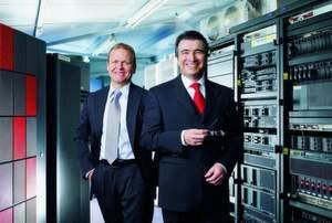 Gebhard Dieser (links) und Claus Fischer, die beiden Gründer und Geschäftsführer der Technogroup, im modernen Rechenzentrum.