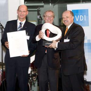 Als symbolischen Preis erhielten Rudolf Keller (rechts im Bild), CEO SSI Schäfer International und Geschäftsführer SSI Schäfer Noell GmbH Harrie Swinkels (links) die Möbius-Schleife sowie eine Urkunde. Bild: SSI Schäfer
