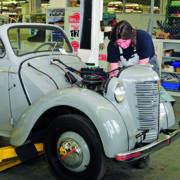 """Das Schild """"Fachbetrieb für historische Fahrzeuge"""" soll künftig auf Oldtimer spezialisierte Innungsmitglieder ausweisen."""