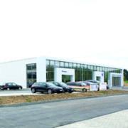 """""""VW-Handelsplatzkonzept"""": kostengünstig, flexibel, funktional. Das Autohaus Thielmann im hessischen Haiger hat als erster deutscher Volkswagen-Handelspartner das neue """"Modulbaukonzept"""" von VW umgesetzt. Das neue Gebäude entstand in nur sechsmonatiger Bauzeit und bietet eine Ausstellungsfläche von über 500 m²."""