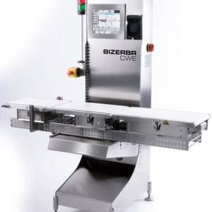 Der Checkweigher wiegt und klassifiziert in einem Gewichtsspektrum von 10 bis 6000 g nach frei definierten oder gesetzlich vorgegebenen Gewichtsklassen bis zu 400 Packungen pro Minute.
