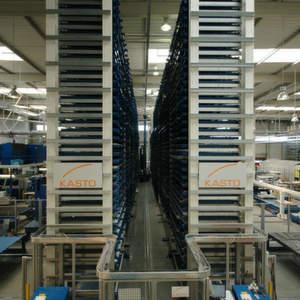 Das automatische Blechlager der Baureihe Uniline von Kasto dient mit seinen 565 Trägerpaletten-Lagerplätze als zentrales Versorgungs- und Zwischenlager für die sechs Trumpf-Blechbearbeitungsmaschinen im direkten Umfeld. Bild: Kasto