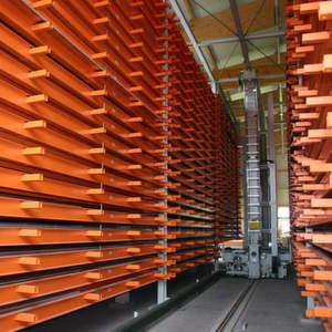 Das Blechlagersystem besteht aus drei aneinandergereihten Doppeltürmen mit insgesamt 134 Lagerplätzen, dem mittig verfahrenden Regalbediengerät und zwei Ein-/Auslagerstationen. Bilder: Kasto
