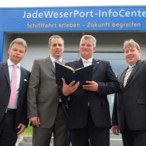 Sie besiegelten den Beitritt der Jade-Weser-Port Logistics Zone GmbH zur DGG (von links): Michael Möhlmann, stellvertretender Beiratsvorsitzender der DGG, DGG-Geschäftsführer Dr. Thomas Nobel sowie Geschäftsführer Jens Briese und Vertriebsleiter Rüdiger Beckmann von der Jade-Weser-Port Logistics Zone. Bild: Jade-Weser-Port